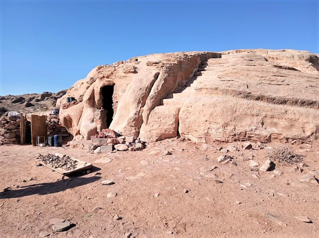 casa dei beduini scavata nella roccia