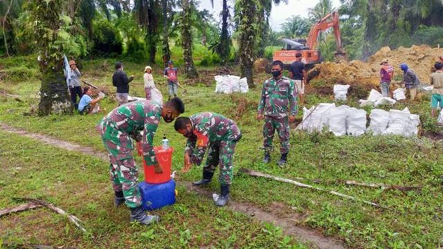 Personel Jajaran Kodim 0207/Simalungun Laksanakan Pra TMMD Bangun Tanggul Sungai