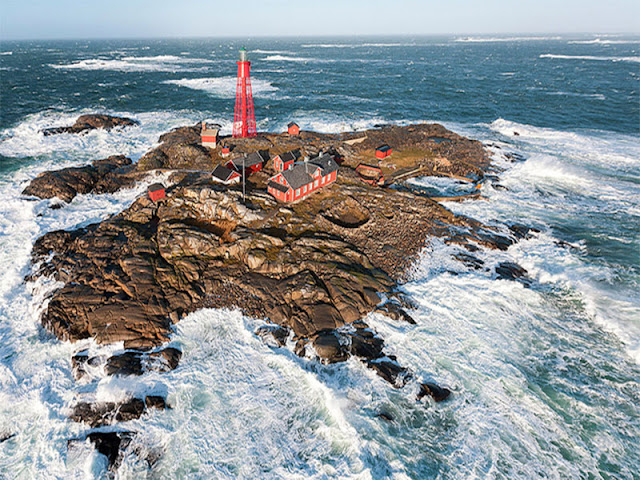 Trên đảo có ngọn hải đăng với tên gọi Pater Noster (Lời cầu nguyện của Chúa trời). Ảnh: Henrik Trygg/Space