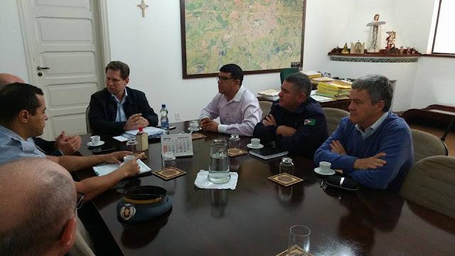 Vereador Jhonny Laurindo se reúne com Prefeito e autoridades de segurança pública de Pinhal.