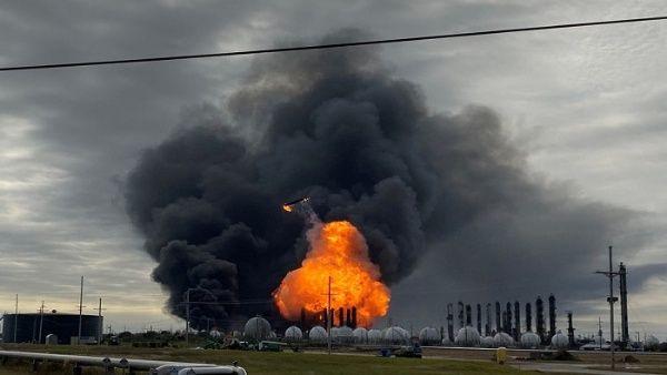 Evacúan a 60 mil personas por explosión de planta química en EE.UU.