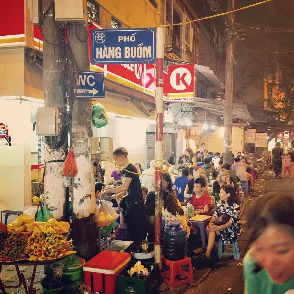 Phố Hàng Buồm được ví như một Hà Nội thu nhỏ hiện đại, tấp nập và đông đúc. Đến đây, bạn sẽ có cơ hội được đắm chìm trong cả một thiên đường ẩm thực, từ những món ăn truyền thống của người Việt cho đến vô vàn các thức quà lạ lẫm từ khắp nơi trên thế giới.    Thực khách có thể thưởng thức đồ ăn tại quán hoặc mang đi, vừa dạo chơi phố cổ vừa nhâm nhi. Ngoài ra, cũng có nhiều loại chè hay nước ép trái cây cho thực khách lựa chọn. Do hoạt động trùng với chợ đêm Hà Nội nên phố ẩm thực Hàng Buồm thu hút rất nhiều các tín đồ ẩm thực và du khách quốc tế.
