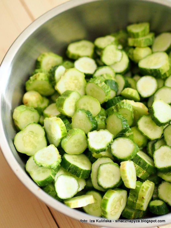 ogorki gruntowe, pokrojone w plastry, zielone ogoreczki, salatka ogorkowa, kiszonka, kiszonki domowe, kiszona salatka z ogorkow, na zime, do sloikow