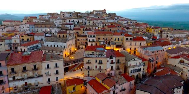 Μια μικρή και παραμυθένια ιταλική πόλη δίνει μέχρι και 2.000 ευρώ μηνιαίως σε όποιον εγκατασταθεί εκεί