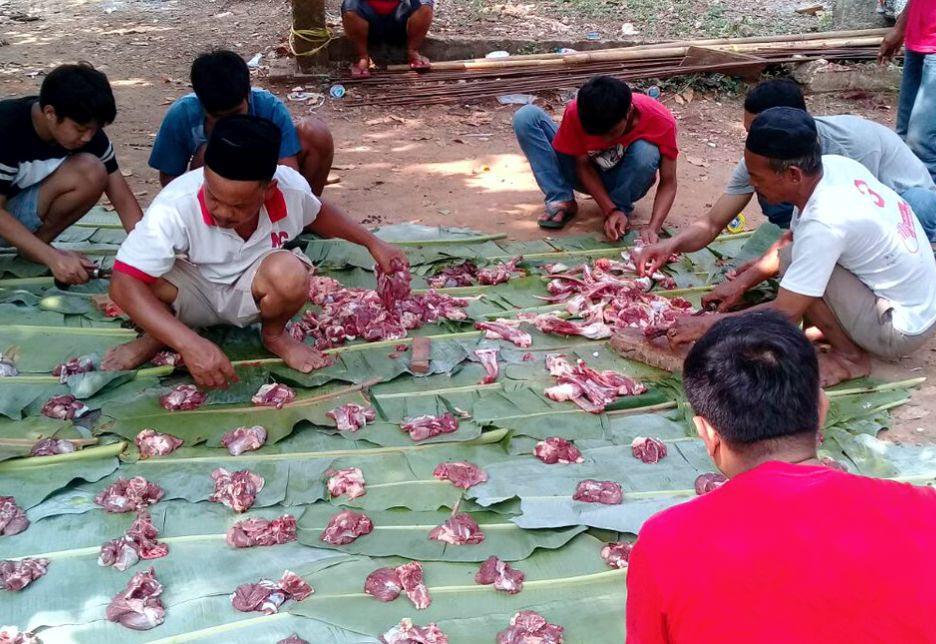 Proses pembagian daging hewan kurban UMKM Mapan oleh warga Sasak Panjang