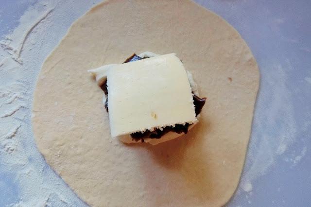 さらにチーズをのせて生地で包む
