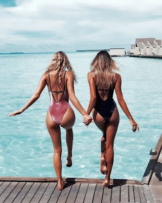 pose en traje de baño con amiga