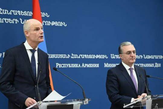 Armenia y Holanda revisan solución del conflicto de Karabaj