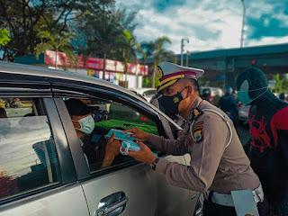 Menyambut Hari Bhayangkara Ke75, Direktorat Lalu Lintas Polda Sulsel Bagi bagi Masker Dengan Cara Yang Unik