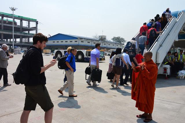 Notre ami le moine à l'aéroport de Yangon