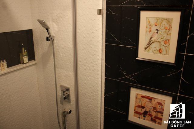 Vòi hoa sen trong phòng tắm