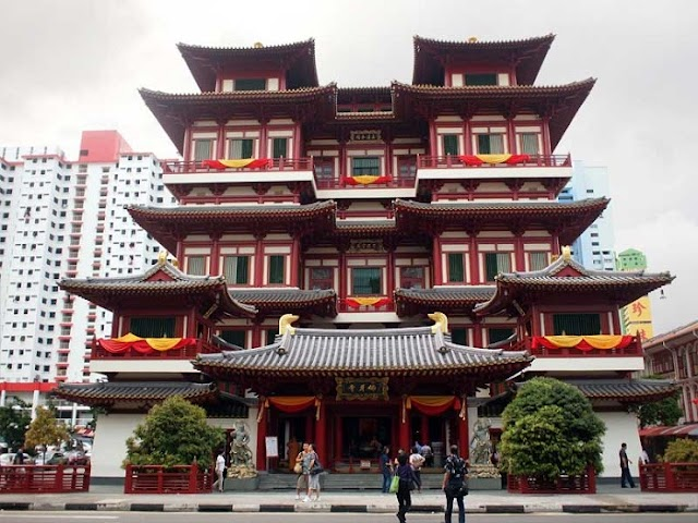 Buddha Tooth Temple - exquisite Chinese architecture in the heart of the lion island nation