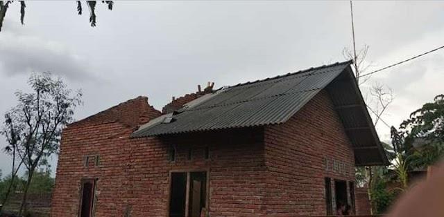 Hujan Lebat Disertai Angin Kencang Rubuhkan Rumah Warga Di Desa Penujak