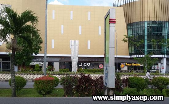 JCO AYANI MEGA MALL : Inilah bagian luar dari JCO Ahmad Yani Mega Mall yang saya liat hari Sabtu (6/7) terlihat dari seberang jalan. Ada dua arah jalan raya di depannya. Kamu bisa pake jembatan Penyeberangan Orang (JPO) untuk nongkrong di tempat gaul ini. Foto Asep Haryono