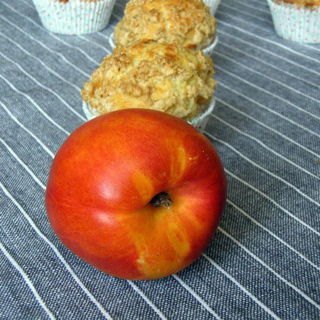 nek3 Muffiny z nektarynkami i kruszonką