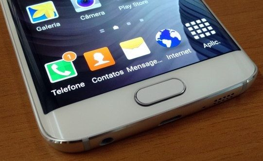 NFC que permite smartphone se comunique com um terminal de pagamento próximo