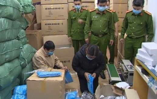 Tạm giữ hình sự 3 người sản xuất hàng ngàn quần áo bảo hộ y tế giả
