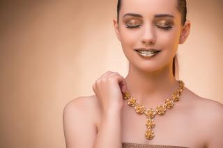 Kozmetik üzerine bazı temel ifadeler: İngilizce Kozmetik Terimleri ve Anlamları Bake / Baking your make-up: Base (Baz) :  BB / CC Cream (BB / CC Krem): Beauty Blender: Blend (Karıştırma): Blush (Allık):  Bronzer (Bronzlaştırıcı): Brows (Kaşlar):  Brow Gel (Kaş Jeli): Brow Pencil (Kaş Kalemi): Brushes (Fırçalar): Color Correcting (Renk Düzeltme): Concealer (Kapatıcı): Contour (Kontur): Crease (Eye) (Kırışık): Cut Crease: Dewy: Doe Foot: Dupe / Duplicate (Kopyasını yapmak): Exfoliate (Pul pul dökülmek): Eyelash Curler (Kirpik Kıvırıcı): Eyeliner (Göz kalemi): Eyeshadow (Göz farı): Fake Lashes / Lashes / Falsies (Takma Kirpik): Fake Makeup (Sahte Makyaj): Flashback: Foundation (Fondöten): Glitter (Parıltı): Gradient (Gradyan): Halo: Highlighter (Aydınlatıcı / Vurgulayıcı): Inner Corner (İç Köşe): Kickback: Lash Glue (Kirpik Yapıştırıcısı): Lipgloss / Gloss (Dudak parlatıcısı): Lipliner (Dudak Kalemi): Lipstick (Ruj): Makeup Sponge (Makyaj Süngeri): Matte (Mat): Mascara (Rimel): Moisturize (Nemlendirme): Nail Polish (Oje):  Outer Corner/Outer V/7 (Dış köşe):  Perfume (Parfüm): Packing: Primer (Astar boya): Powder (Pudra): Set / Setting the Face: Setting Spray: Shimmer (Parıltı): Smokey Eye (Dumanlı göz makyajı): Spoolie (Minik kaş/kirpik fırçası): T-Zone (T Bölgesi): Tightline: Transition Shade (Geçiş gölgesi): Waterline: Wing / Winged Liner: Adım Adım Makyaj Uygulama Örneği