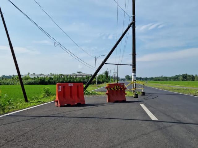Tiang listrik di tengah jalan raya Dasri