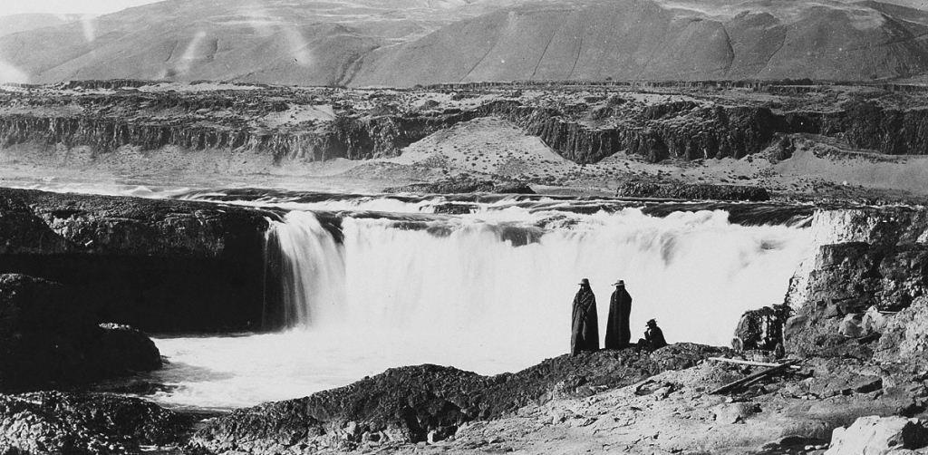 Celilo Falls (air terjun Celilo) artinya echo of falling water atau suara air pada batu