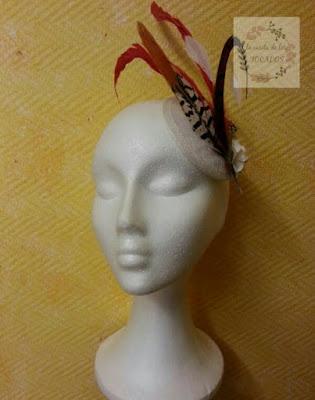 tocado en blanco, rojo, naranja y gris para invitada con plumas