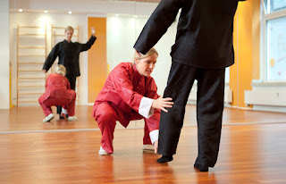 Frau in rotem Anzug, Frau in schwarzem Anzug vor Spiegel