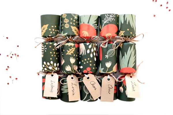 Valens per voi how to do it yourself christmas beauty crackers christmas crackers are a british tradition and can be replicated with easy at home to customize little gifts with a touch of fun solutioingenieria Choice Image