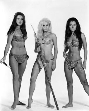 ¡Chicas cavernícolas en bikins de piel!