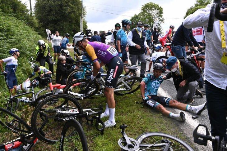 Aficionada causa accidente en Tour de Francia 2021
