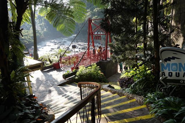 Dulu setelah tangga ini, ke kiri langsung area riverside buat jalan-jalan. Sekarang ada jembatan yang bisa kita lintasi ke seberang sungai.