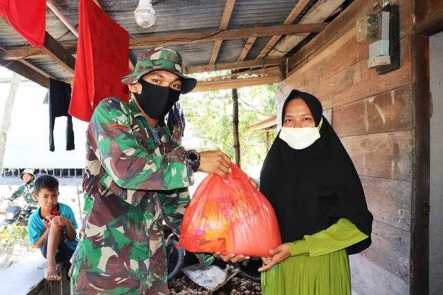 Datangi Rumah Warga Langsung, Satgas TMMD Kodim 0419/Tanjab Kembali Salurkan Paket Sembako