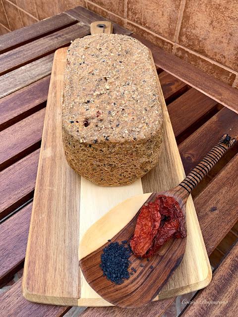 Pan de trigo sarraceno y lentejas con tomate seco y semillas