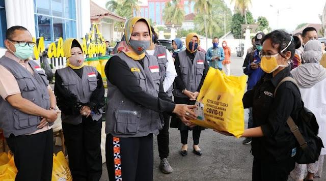 Riana Sari Arinal Serahkan Bantuan Untuk Ojek Online, Wartawan, Tenaga Medis dan Petugas Kebersihan
