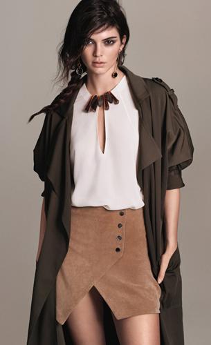falda cruzada, blusa y trench de Mango colección primavera campaña