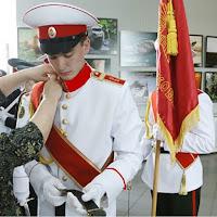 Пошив Кадетский костюм парадный белый для кадетов Россия тк габардин, китель воротник стойка с галуном цвет красный, рукав с красным кантом. ,брюки черный с красным лампасом