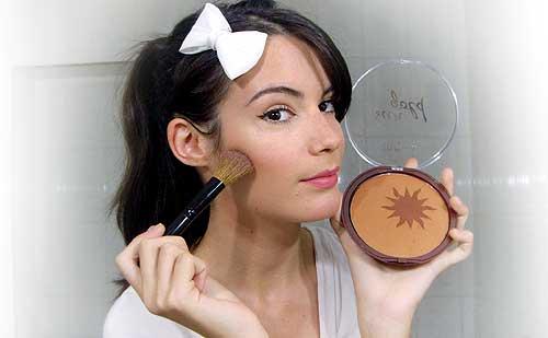 monika sanchez guapa al instante aplicando polvos de sol maquillaje