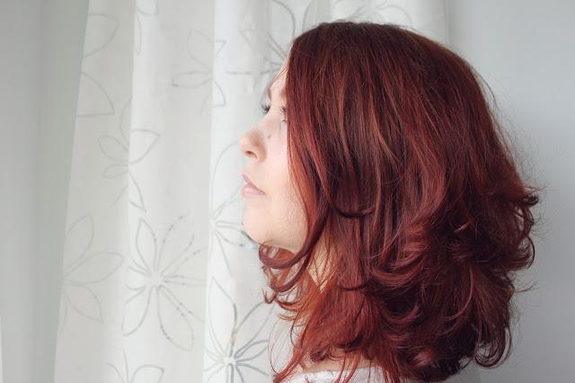 hennatut hiukset, vegaani, ekokampaaja, hiusten energialeikkaus , luonnonkihara