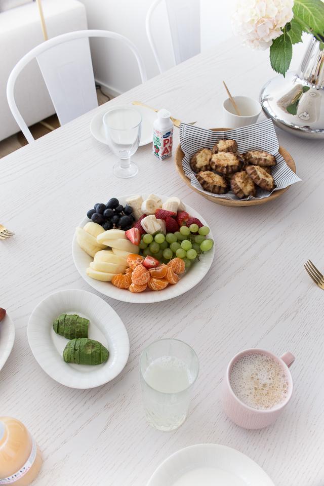 Villa H, brunssi, ruokailutila, hedelmälautanen