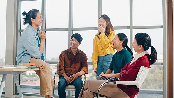 sekelompok-mahasiswa-berkumpul-berdiskusi-bersama-belajar-manajemen-kepemimpinan