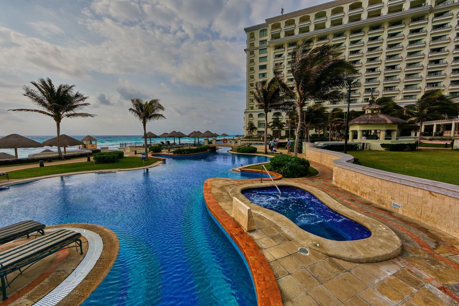 Natural pool hotel bintang 5 terlihat menyatu dengan pantai