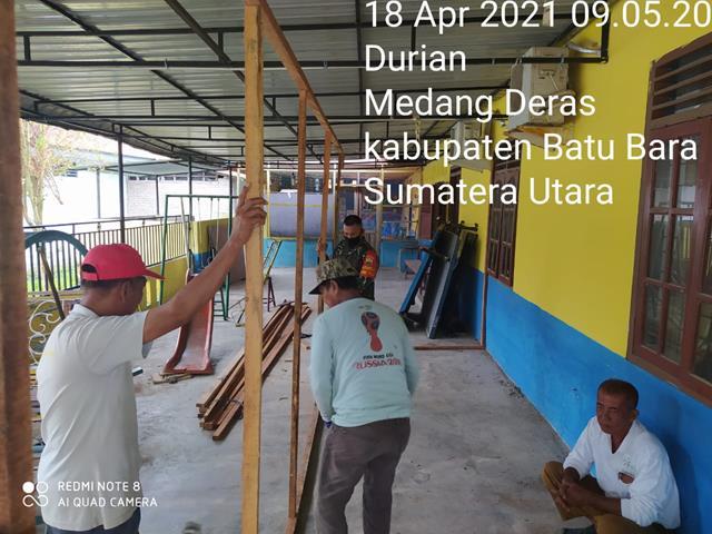 Wujud Sinergitas Personel Jajaran Kodim 0208/Asahan Bantu Perangkat Desa Rapikan Teras Kantor Desa