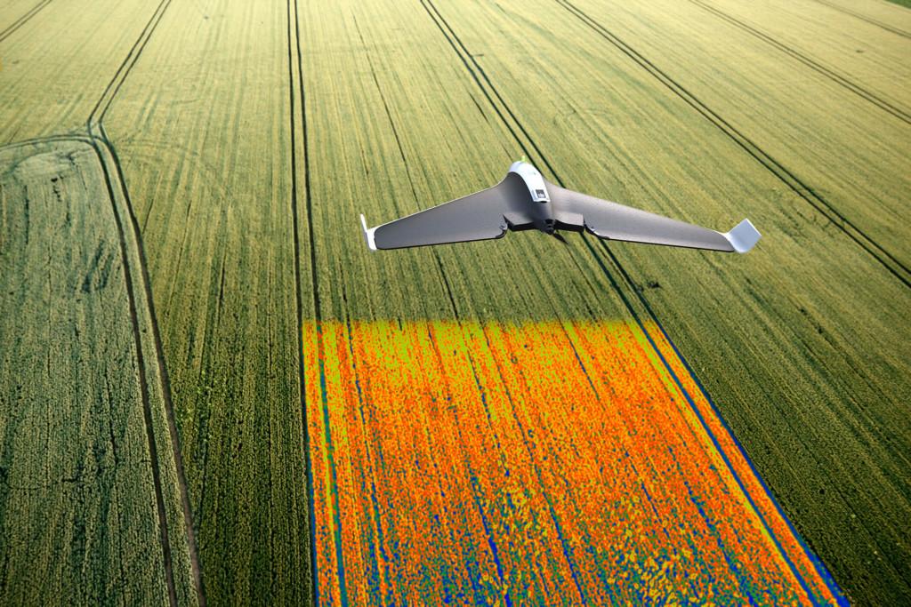 Drone Agrícola Parrot Disco-Pro AG fazendo mapeando aéreo de uma plantação. Fonte: https://www.santoslab.com/servicos/agricultura/