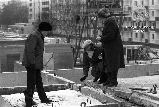 """26 января 1988 год. Рига. Produkcijas valsts pieņemšanas pārstāvji veic apsekošanu Rīgas jaunā mikrorajona """"Zolitūde - 2"""" būvlukumā"""