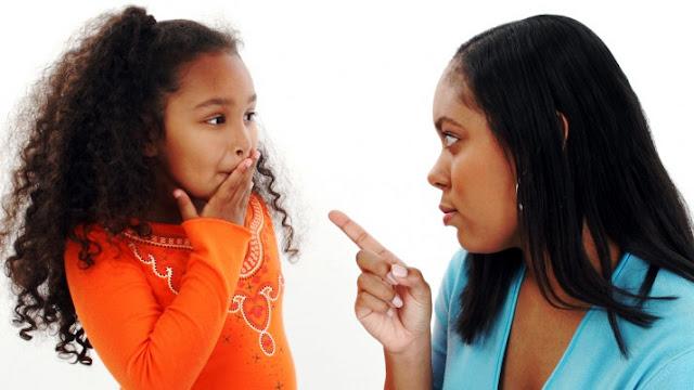 Mãe conversando com a filha. como lidar com filhos que mentem, crianças que mentem, filhos que mentem o que fazer, porque as crianças mentem, como lidar com crianças que mentem, o que fazer quando os filhos mentem, filhos que mentem para os pais