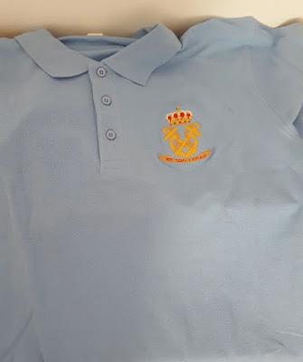 Detalle del escudo de la camiseta polo bordado artesanalmente