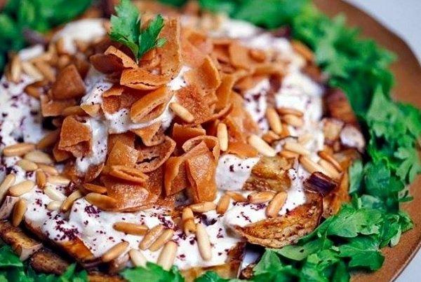 How to make eggplant salad with yogurt and bread