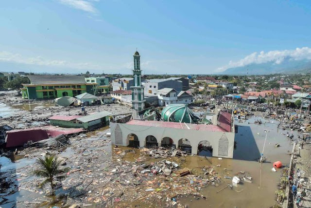 """È ecatombe. L'Indonesia """"spazzata"""" da uno tsunami"""