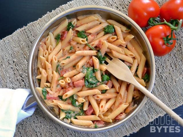 CREAMY TOMATO AND SPINACH PASTA #pasta #tomato #creamypasta #breakfast #easy