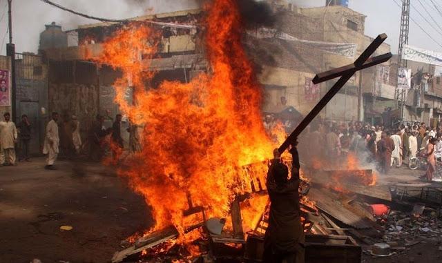 Três muçulmanos são condenados à morte após queimarem uma cristã grávida de 4 meses
