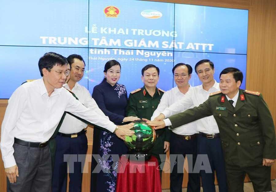 Ảnh: Lãnh đạo tỉnh Thái Nguyên và Tập đoàn Viettel đã thực hiện nghi thức đưa Trung tâm giám sát an toàn thông tin Thái Nguyên do Viettel thực hiện vào hoạt động